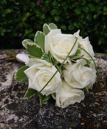 Junior Bqt White Roses