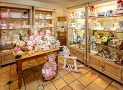 In addition to flowers and plants, Trias offers a range of gifts and decorations