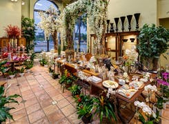 Sample place settings with stunning centerpieces in our Miami store